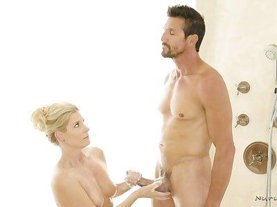 Sexy masseuse India Summer gies a nuru knead at hand Tommy Gunn