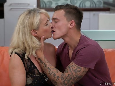 Sexually charged cougar Jana Nelle has an occurrence with young student living nextdoor