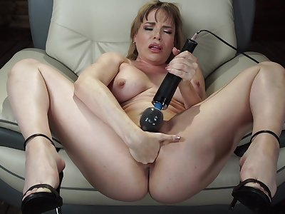 Mature toys pussy and uses fuck machine for say no to tight ass