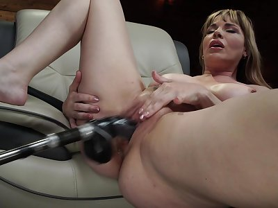 Mature uses fuck machine of her fat pussy and ass