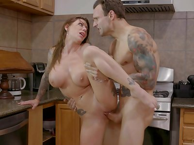 Taking pantry XXX action with the hot tattooed mommy