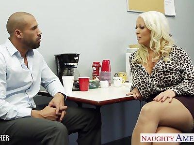Big breasted voluptuous blonde lady Alura Jenson loves facesitting
