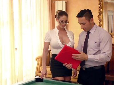 Go to one's final neue Assistentin auf dem Billardtisch eingearbeitet