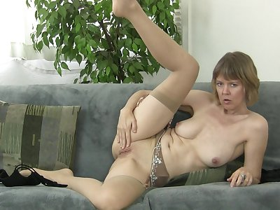 Old slut Jamie Raise up takes elsewhere her clothes to masturbate on the sofa